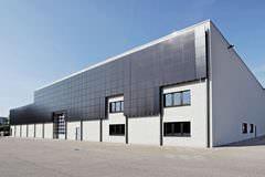 Südseite der Ruland-Montagehalle mit Solaranlage