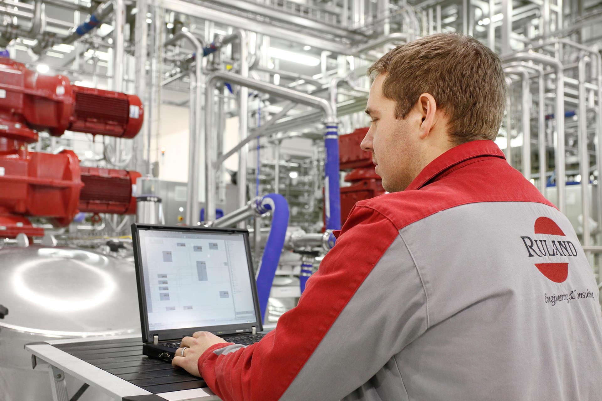 Инженер по автоматизации во время наладки системы