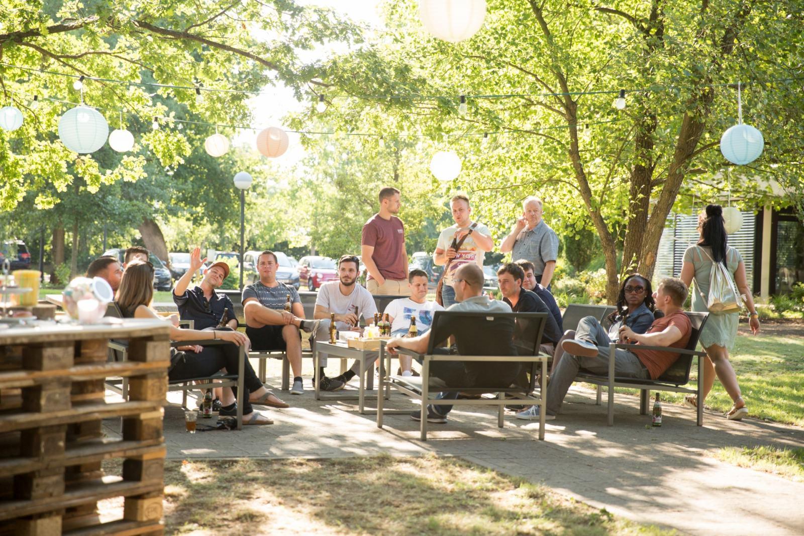 Foto Mitarbeiter auf der Sitzgruppe während dem Sommerfest