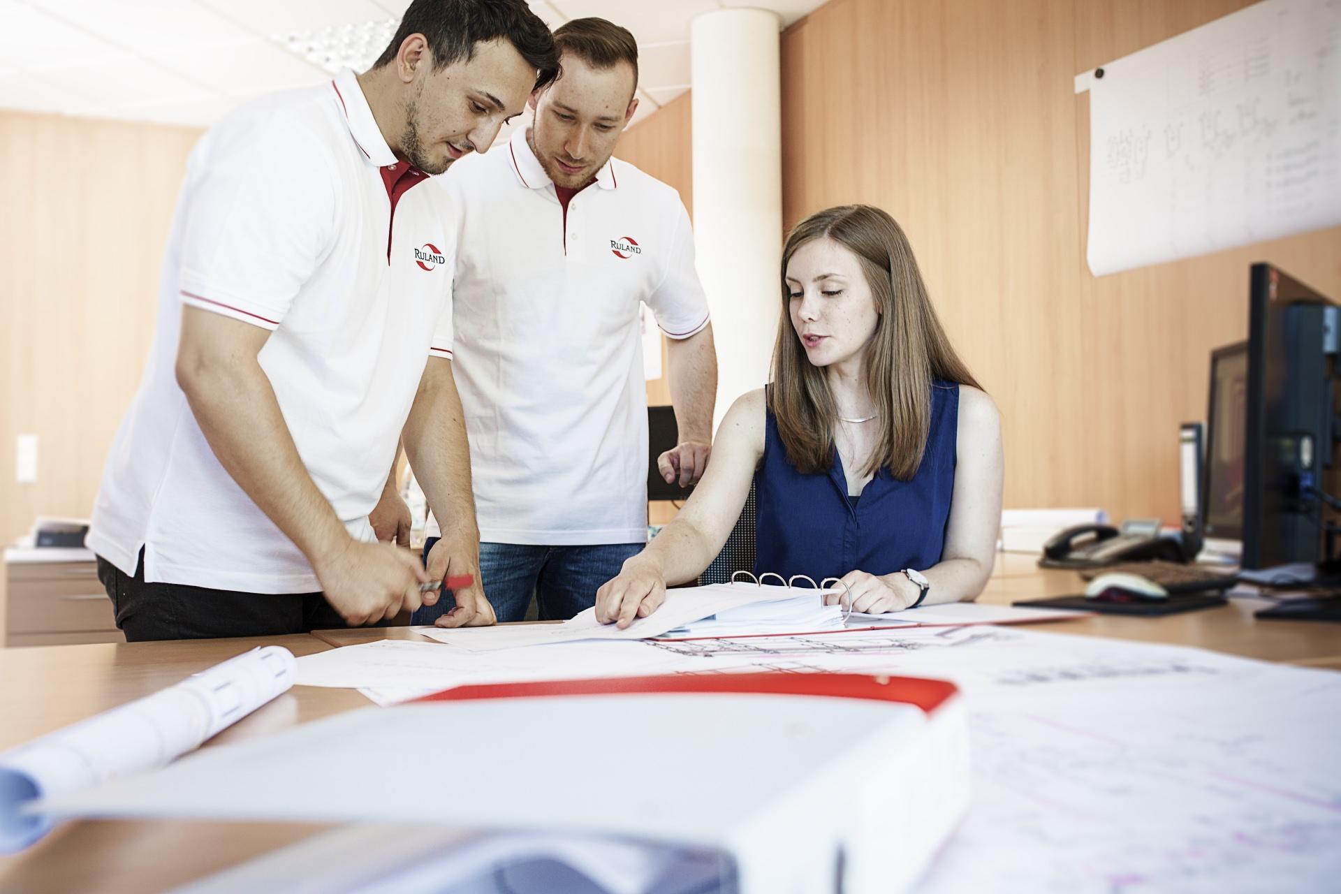 Foto CAD Konstrukteure bei der Planung einer Anlage