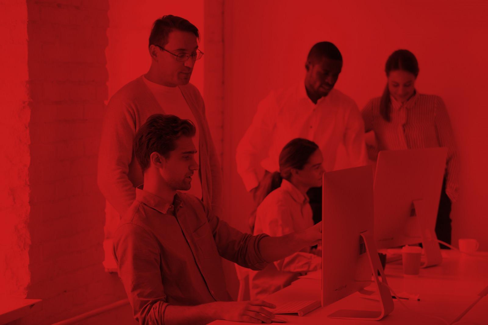Foto Team betreut junge Mitarbeiter am PC