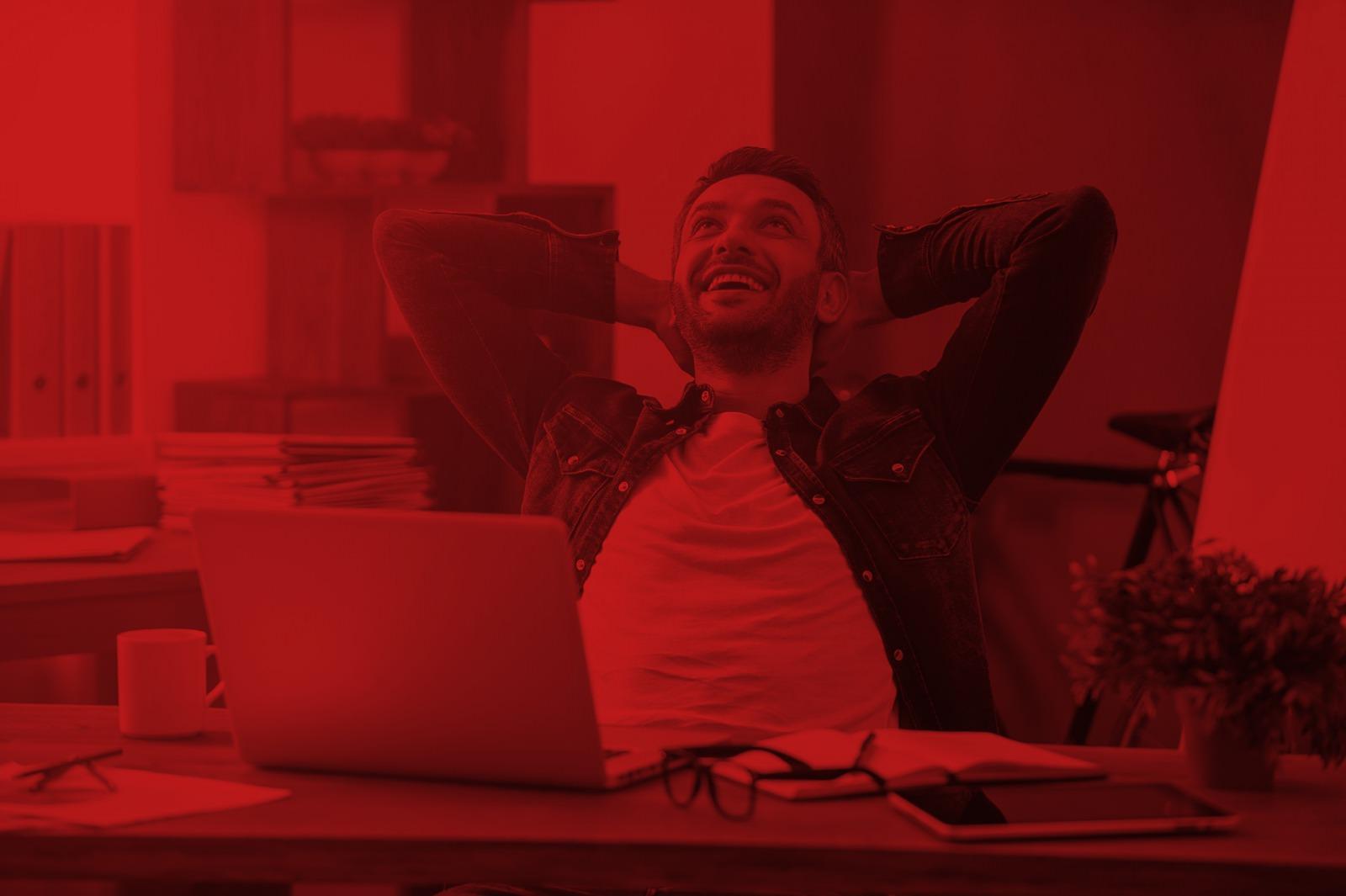 Foto entspannter Mann am Laptop