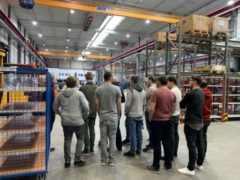Foto Besucher in der Ruland Montagehalle