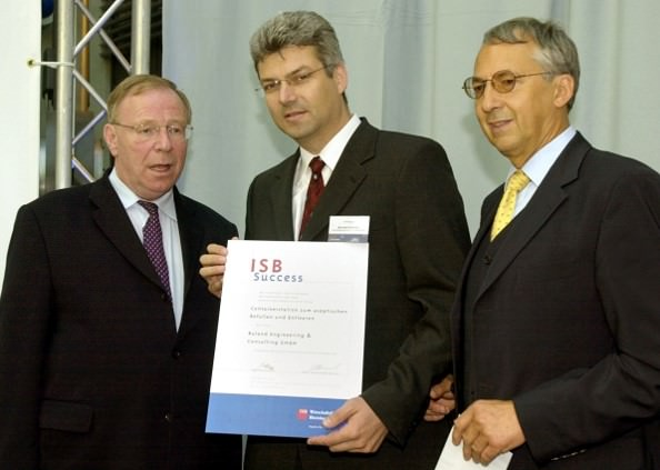 Photo hand over of the innovation award 2002 for containerstation
